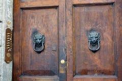 Golpeadores de puerta principales de los leones, Roma Foto de archivo