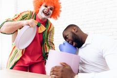Golpearon al hombre con un guante de boxeo fuera de la caja Foto de archivo libre de regalías