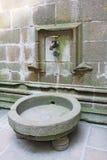Golpecito de agua en la abadía Mont Saint Michel Imagenes de archivo