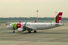 GOLPECITO de Airbus A320-214 CS-TMW de los aviones - Air Portugal en la pista de rodaje del aeropuerto de Malpensa Fotos de archivo libres de regalías