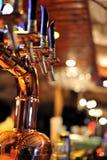 Golpecito de la cerveza en el pub Fotos de archivo