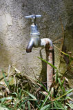 Golpecito del abastecimiento de agua en el jardín Imagen de archivo libre de regalías