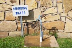 Golpecito del agua potable imagen de archivo libre de regalías