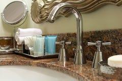 Golpecito, jabón y toalla del lavabo Imagen de archivo libre de regalías