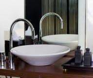 Golpecito y fregadero modernos del cuarto de baño Foto de archivo