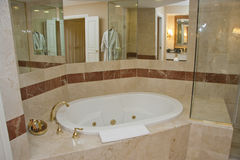 Golpecitos blancos de la bañera y del latón Foto de archivo libre de regalías