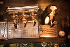 Golpecitos brillantes de la cerveza en la barra Visión desde arriba imágenes de archivo libres de regalías