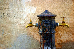 Golpecitos de agua en la calle fotografía de archivo