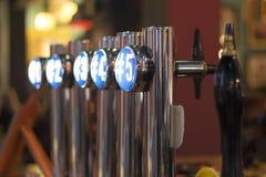 Golpecitos de la cerveza fotos de archivo