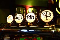 Golpecitos de la cerveza imagen de archivo libre de regalías