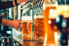 Golpecitos de la cerveza en un pub fotos de archivo