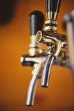 Golpecitos de la cerveza en un pub Fotografía de archivo