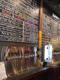 Golpecitos de la cerveza y menú de la cervecería Imagen de archivo