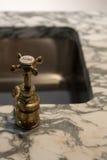 Golpecitos y mármol del oro fotos de archivo