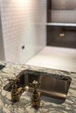 Golpecitos y mármol del oro imagenes de archivo