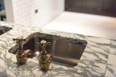 Golpecitos y mármol del oro foto de archivo libre de regalías