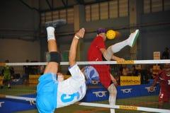 Golpee con el pie y bloque en el voleibol del retroceso, takraw del sepak Imagenes de archivo
