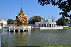 Golpee el dolor Aisawan, el lago artificial y el templo en Thipya-Arte Foto de archivo
