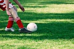 Golpee esa bola con el pie Imagen de archivo