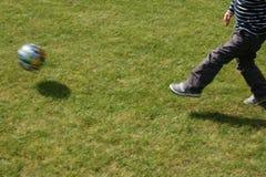 Golpee la bola con el pie Fotos de archivo