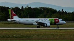 GOLPEE LIGERAMENTE el avión de Air Portugal en pista en el aeropuerto de Francfort, FRA, Alemania almacen de metraje de vídeo