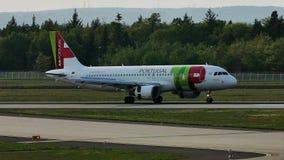 GOLPEE LIGERAMENTE el avión de Air Portugal en pista en el aeropuerto de Francfort, FRA, Alemania metrajes