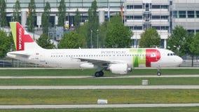 GOLPEE LIGERAMENTE el avión de Air Portugal en pista en el aeropuerto de Munich, Alemania almacen de video