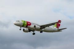 GOLPEE LIGERAMENTE el avión de las líneas aéreas Fotos de archivo