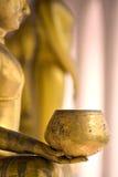 Golpee para Buda, mano de Buda de oro en el templo en Tailandia Fotos de archivo