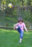 Golpee una bola con el pie Foto de archivo