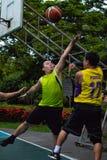 Golpeie Yai, Nonthaburi, jogador de basquetebol de filipino e de tailandês fotografia de stock
