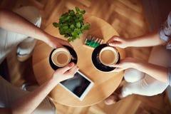 Golpes del café en las manos, concepto Foto de archivo