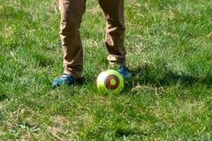 Golpes del hombre una bola, juego al aire libre mientras que acampa foto de archivo libre de regalías