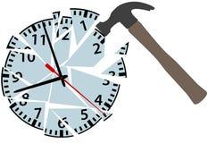 Golpes del martillo para romper pedazos del reloj de tiempo Fotografía de archivo