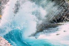 Golpes grandes de la onda en las rocas imágenes de archivo libres de regalías