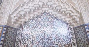 Golpeteo hermoso en el mihrab en la gran mezquita de Estrasburgo almacen de metraje de vídeo
