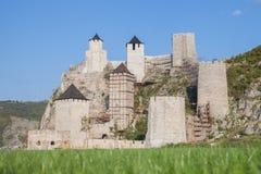 Golubac堡垒Golubacka trvdjava或者在一个晴朗的下午期间被采取的Goluback毕业 Golubac城堡是中世纪fortifie 图库摄影