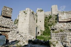 Golubac fästning i Serbia royaltyfri bild