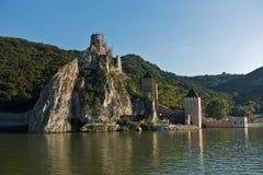 Golubac fästningsikt från ett skepp på Danube River Royaltyfri Fotografi