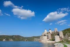 Golubac-Festung Golubacka-trvdjava oder Goluback-Absolvent genommen während eines sonnigen Nachmittages lizenzfreie stockbilder
