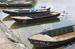 Golubac, Serbie - 5 juin 2016 : Vieux bateaux de pêche attachés sur le Th Photos stock