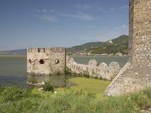 Golubacvesting op de rivier van Donau dicht bij Roemeense en Servische B Stock Foto's