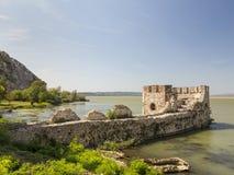 Golubacvesting op de rivier van Donau dicht bij Roemeense en Servische B Royalty-vrije Stock Foto's