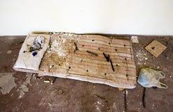 Golv av en övergiven skola Arkivfoto