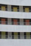 3 golv av olika färgade dörrar i byggnadsfasad Royaltyfri Fotografi
