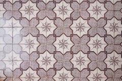 golv av purpurfärgade triangulära keramiska modeller för dekorativa tegelplattor fotografering för bildbyråer