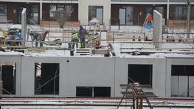 Golv för hus för arbetarbetonglägenhet på konstruktionsplats stock video