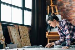 Golv för kvinna för vana för livsstil för konstnärarbete idérikt royaltyfri bild