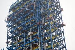 Golv trappa på en enorm teknologisk installation av den olje- förfinaren royaltyfri bild