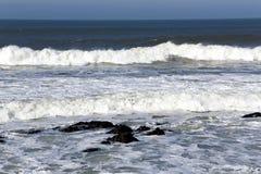 Golven aan wal de winter de Atlantische Oceaan Stock Foto